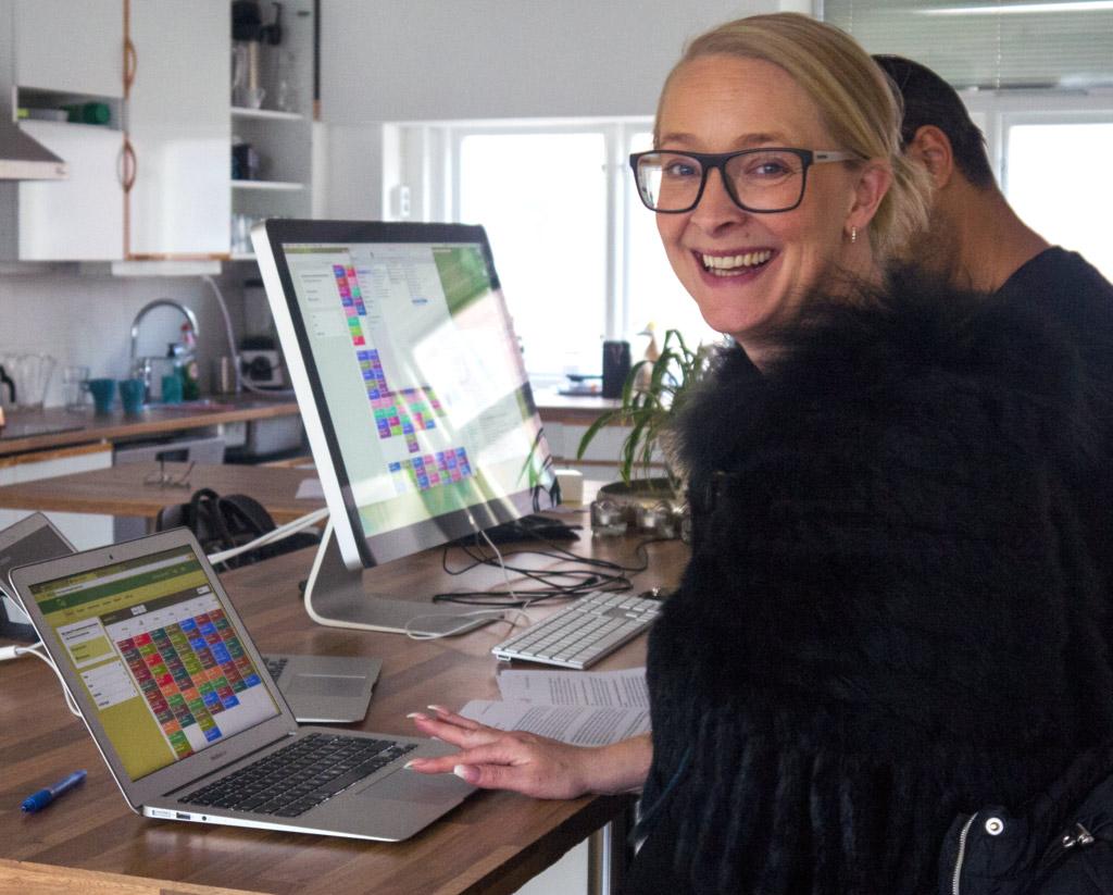 Chatarina Udd som är verksamhetsansvarig på Stödum sitter vid sitt skrivbord med Omsorg24 på laptopen.